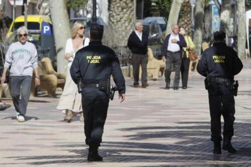 IBIZA - AGENTES DE LA POLICIA LOCAL VIGILANDO UNA CALLE DE IBIZA.