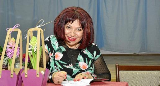 La poeta búlgara Malinska Tsvetkova firmando ejemplares de su último poemario en un acto en su país natal.