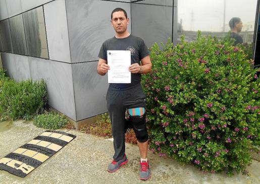 Miguel Ángel López muestra la sentencia y la pierna dañada tras el accidente sufrido y que le mantiene de baja.