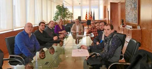 Los representantes de la plataforma de trabajadores públicos durante la reunión con el presidente del Consell.