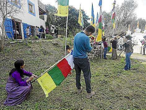 Un momento de la celebración del año nuevo tibetano o Losar en el centro budista que hay en la carretera de Sant Llorenç.