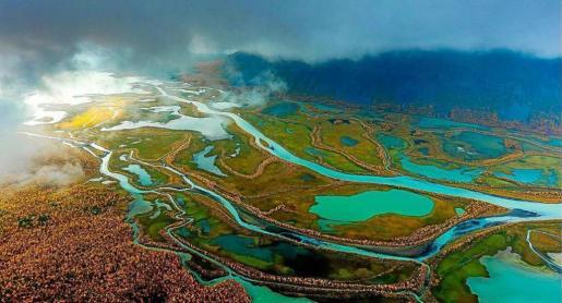 Fotografía titulada 'La luz' en la que Javier Tur reflejó el delta del lago Laitura en el Parque Nacional de Sarek, en la Laponia sueca.