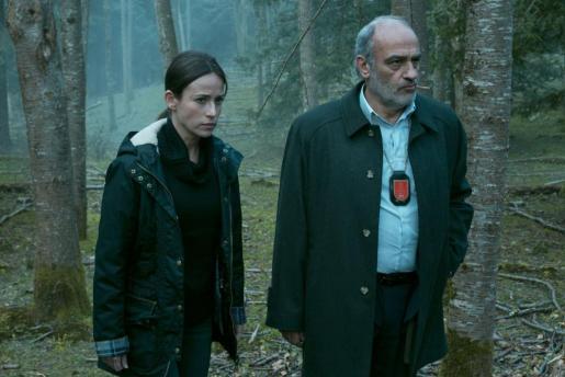 Marta Etura (Amaia Salazar) y Francesc Orella, como el detective Montes.