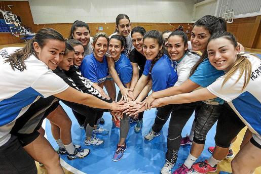 Las jugadoras del Puchi haciendo una piña para motivarse.