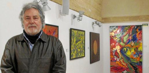 El artista zaragozano Requena Nozal fotografiado momentos antes de la inauguración de su exposición este jueves. Foto: JOSEFINA TORRES