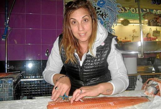 Arriba, Susana Calle, de Su&Lu, en plena faena mientras desespinaba un lomo de salmón. Foto: R.J.D.O.