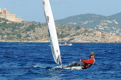 Carlos Roselló, gobernando su embarcación frente al puerto de Ibiza.