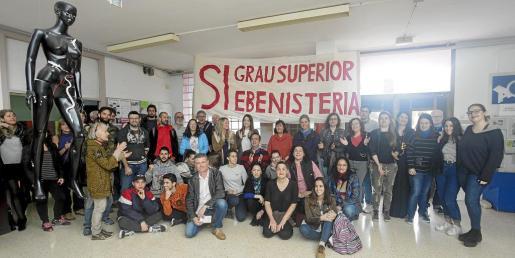 La reivindicación cuenta con el apoyo de la comunidad educativa que aparece en la imagen. Fotos: Daniel Espinosa.