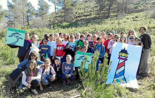 En total, se organizaron cinco excursiones con 300 alumnos de 2º y 6º de Primaria a la zona de sol d'en Serra, que se vio afectada por el incendio de Cala Llonga.