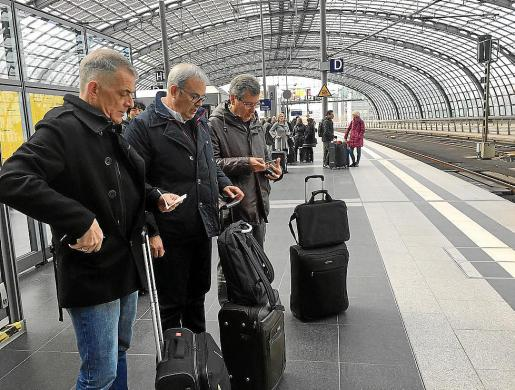 El presidente del Consell d'Eivissa, Vicent Torres, el director insular de Turisme, Vicent 'Benet', y el presidente de Fomento de Turismo, Lucas Prats, viajaron en tren hasta Eindhoven desde Berlín.