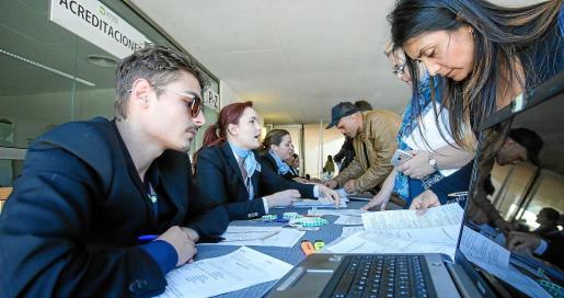 Los centenares de aspirantes debían acreditarse primero en las mesas habilitadas en la entrada del Palau de Congressos.