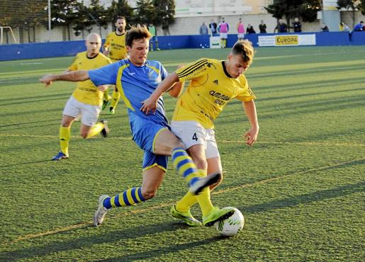 Pochettino, del San Rafael, avanza con el balón ante el acoso de un jugador del Penya Ciutadella.