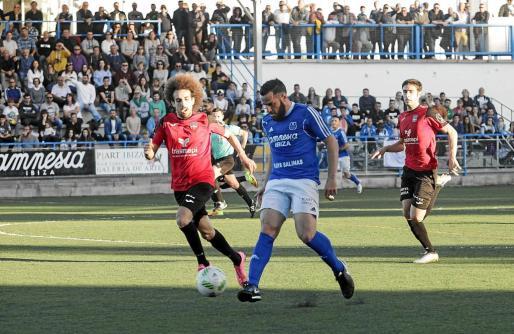 Juanfran golpea el balón con el exterior del pie durante un lance del partido entre el San Rafael y el Formentera, que generó mucha expectación.