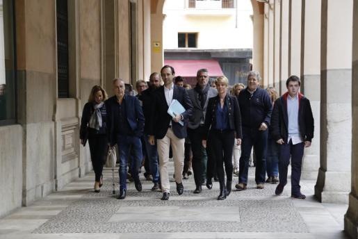 José Ramón Bauzá, con sus colaboradores, de camino a la sede del Partido Popular para presentar los avales el pasado día 3 de marzo.