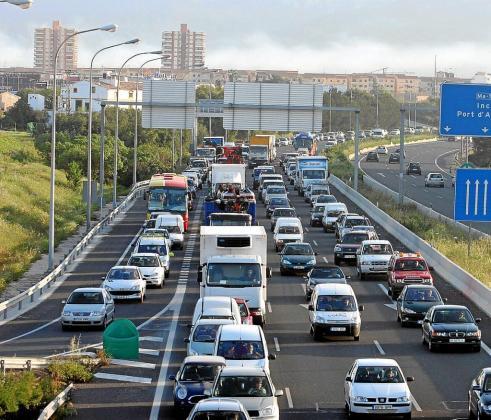 Uno de los accesos a Palma, colapsado de coches. El Govern quiere que en 30 años todos sean eléctricos.