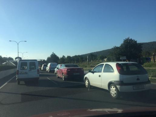 Imagen de las retenciones en la carretera de Sant Antoni. Foto: AMÀLIA SEBASTIÁN.