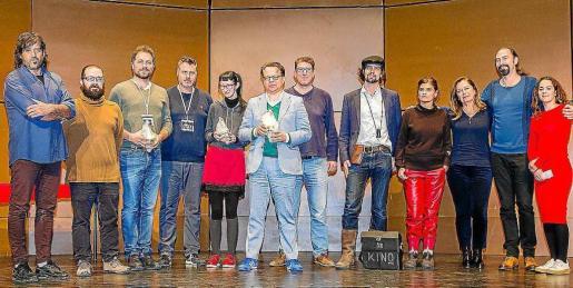 Los ganadores de 2017 junto a miembros de la organización y jurado del festival.