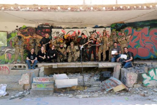 Una imagen de todo el equipo de rodaje junto a los actores que participaron y los miembros de la banda ibicenca Tales of Gloom. Foto: LARA CARRETERO