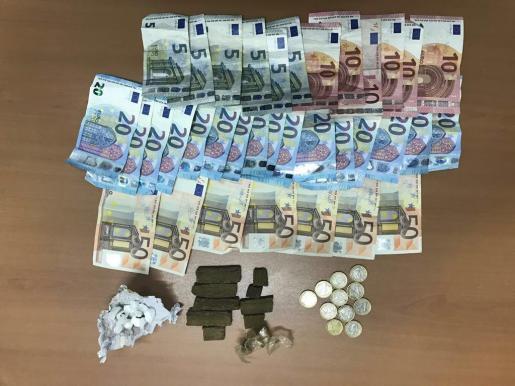 Imagen de la droga y el dinero intervenido al hombre detenido por la Policía Local de Santa Eulària.