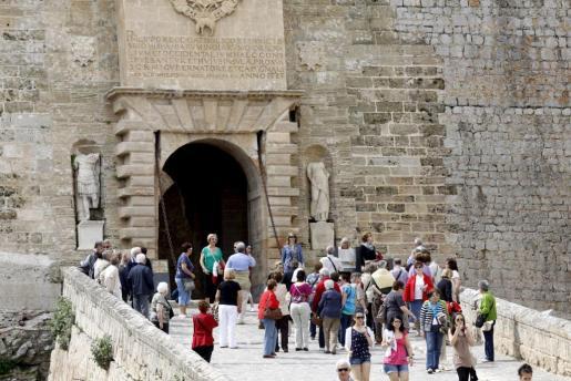 Imagen de archivo de un grupo de turistas paseando por el Portal de ses Taules en Dalt Vila.