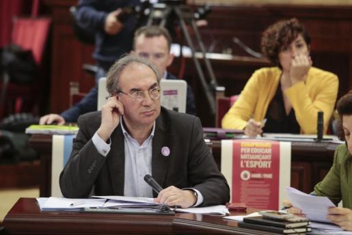 El conseller de Educació, Martí March, durante el pleno de este martes en el Palament.