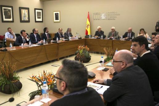 Un momento de la reunión que representantes de la patronal y de los sindicatos de los estibadores.