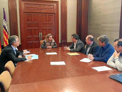 Imagen de la reunión que tuvo lugar ayer entre Salom y representantes de los sindicatos.