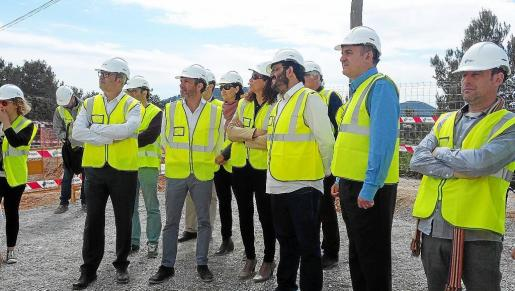 Tres consellers del Govern balear viajaron ayer a Ibiza para visitar las obras de la interconexión de las desaladoras.