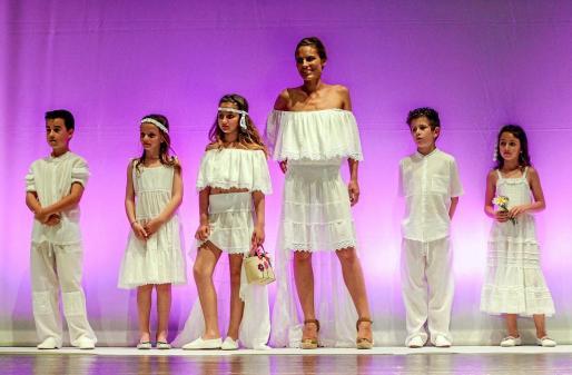 Una imagen de los modelos, muchos de ellos niños, que lucieron los blancos trajes de la diseñadora Maria Ferrer.