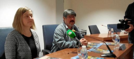 Élodie Guillon y Benjamín Costa, ayer durante la rueda de prensa de presentación del coloquio.