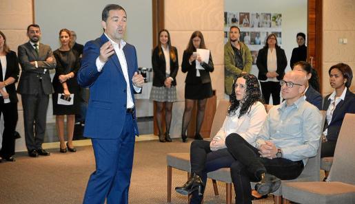 Raúl Sierra dio una primera charla a los aspirantes antes del inicio de las entrevistas de trabajo.