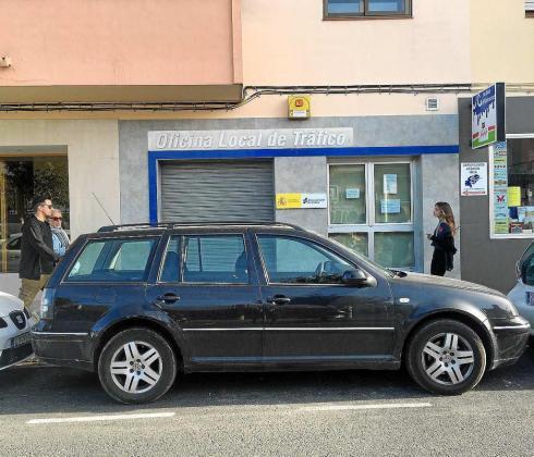 Imagen de la fachada de la oficina local de Tráfico en Ibiza. Foto: ARGUIÑE ESCANDÓN