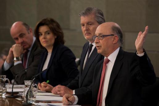 Cristóbal Montoro, Íñigo Méndez de Vigo, Soraya Sáenz de Santamaría y Luis de Gindos durante la conferencia de prensa que han ofrecido la mañana de este viernes.