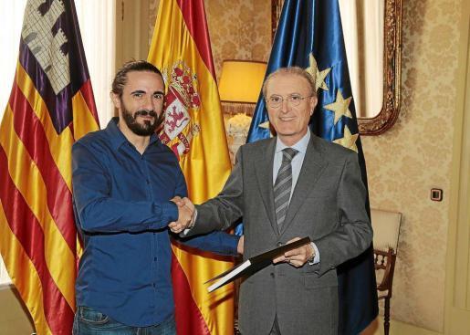 El presidente del TSJIB entrega la memoria anual al presidente del Parlament balear, Baltasar Picornell.
