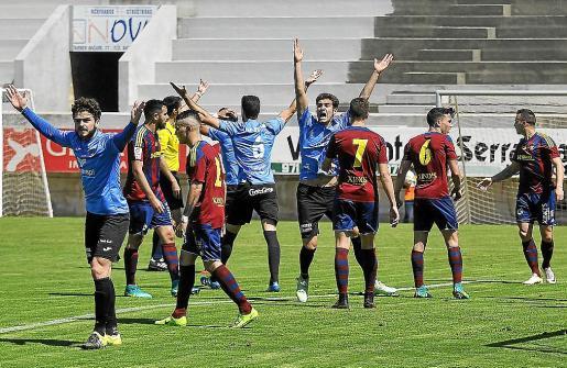 Los jugadores del Formentera protestan un posible penalti durante la primera mitad.