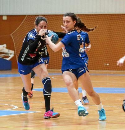 Flor Dumitrescu avanza con el balón en una acción de un partido de esta temporada.
