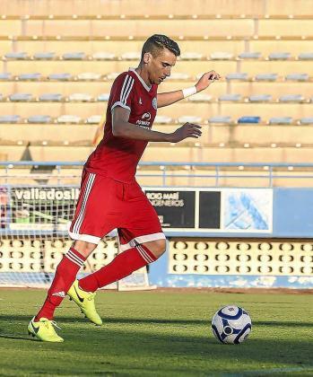 Larra, jugador de la UD Ibiza, conduce el balón.