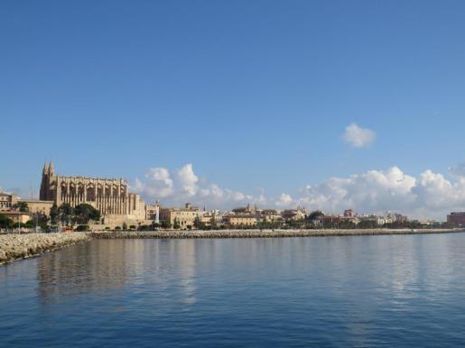 Imagen de la catedral de Palma en un día soleado.