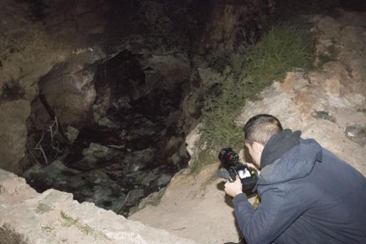 Un fotógrafo toma imágenes del lugar donde fallecieron calcinados tres jóvenes.