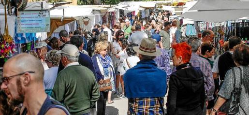 El Hippy Market de Punta Araby mostró ayer un envidiable aspecto, repleto de turistas llegados de todas partes del mundo.