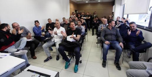 La asamblea celebrada en un salón de las dependencias policiales reunió a 78 de los cien agentes que rechazaron en votación la propuesta del Ayuntamiento. Fotos: DANIEL ESPINOSA