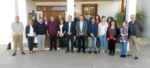 Fotografía de familia de los diputados y miembros del Consell de Formentera que participaron ayer en la reunión celebrada en la pitiusa menor.