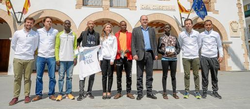 Los principales aspirantes al triunfo fueron recibidos ayer por Vicent Marí, alcalde de Santa Eulària, y no faltaron a la denominada Feria del Corredor, situada en dicho municipio.
