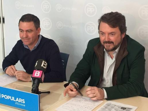 El diputado ibicenco Miquel Jerez y Antoni Camps, ayer durante la rueda de prensa sobre la comisión de las autovías. Foto: A. S.