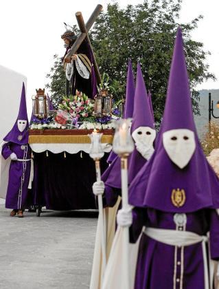 Miembros de la Cofradía del Nazareno, con su imagen, ayer durante su salida del Puig de Missa.