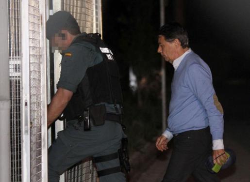 El expresidente de la Comunidad de Madrid, Ignacio González (d), detenido por supuesta corrupción en el Canal de Isabel II, a su llegada a la Comandancia de la Guardia Civil de Tres Cantos, Madrid.
