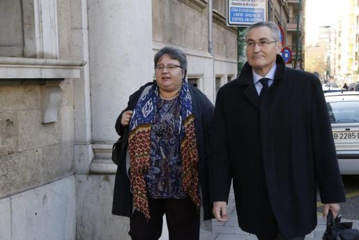 Montserrat Seijas, junto a su abogado, a su llegada a los juzgados de Palma el pasado mes de enero.