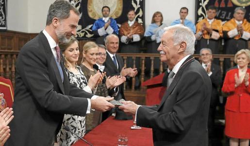 Eduardo Mendoza recibe de manos del Rey la medalla que le acredita como Premio Cervantes.