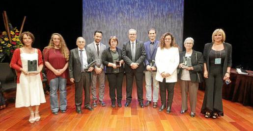 Los cinco premiados posan con sus respectivos galardones junto al presidente del Consell y el resto de autoridades presentes en el acto.