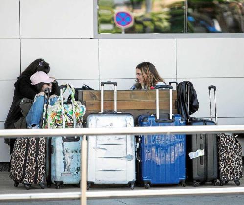 Un grupo de turistas cargados de maletas a su llegada a Ibiza esta Semana Santa. Foto: DANIEL ESPINOSA